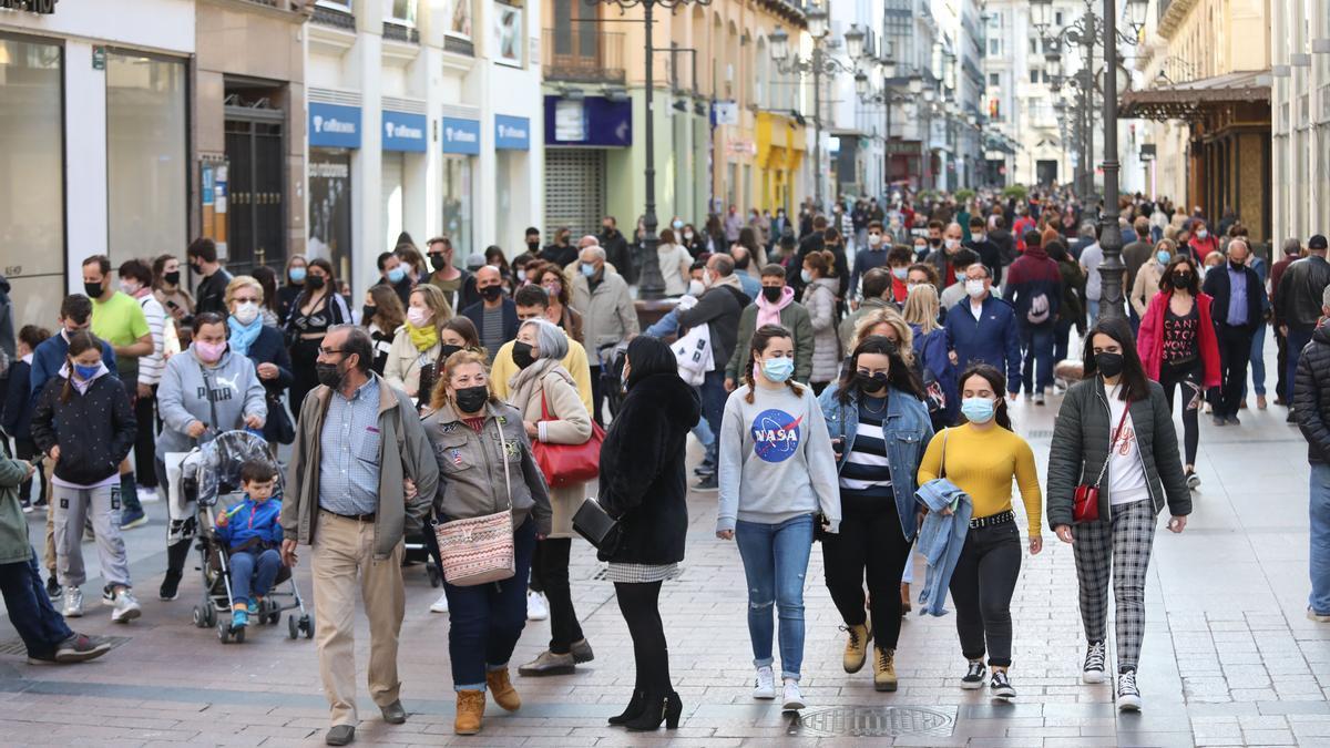 Numerosas personas pasean por la calle Alfonso de Zaragoza, este fin de semana.