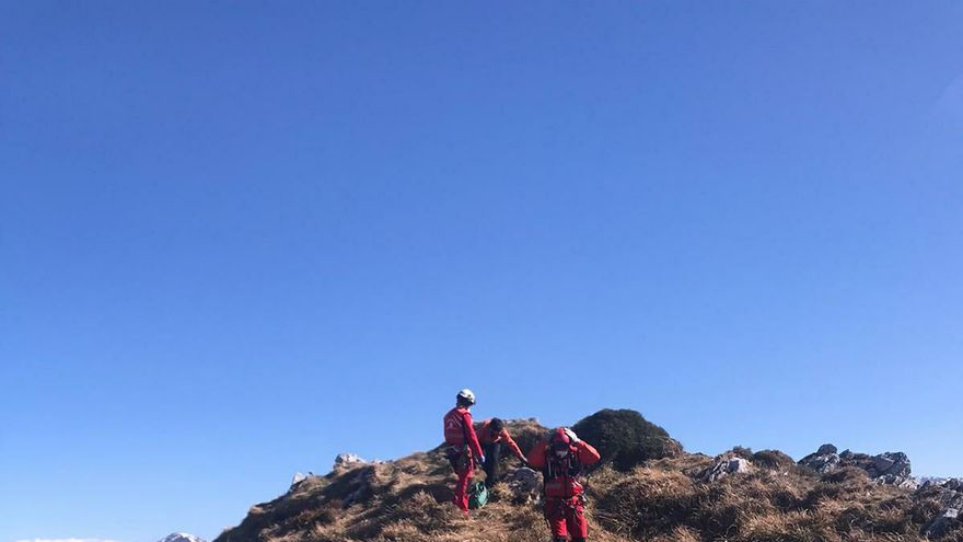 Rescatan a una pareja que estaba haciendo una ruta en el pico La cabeza de Arco, en Caso