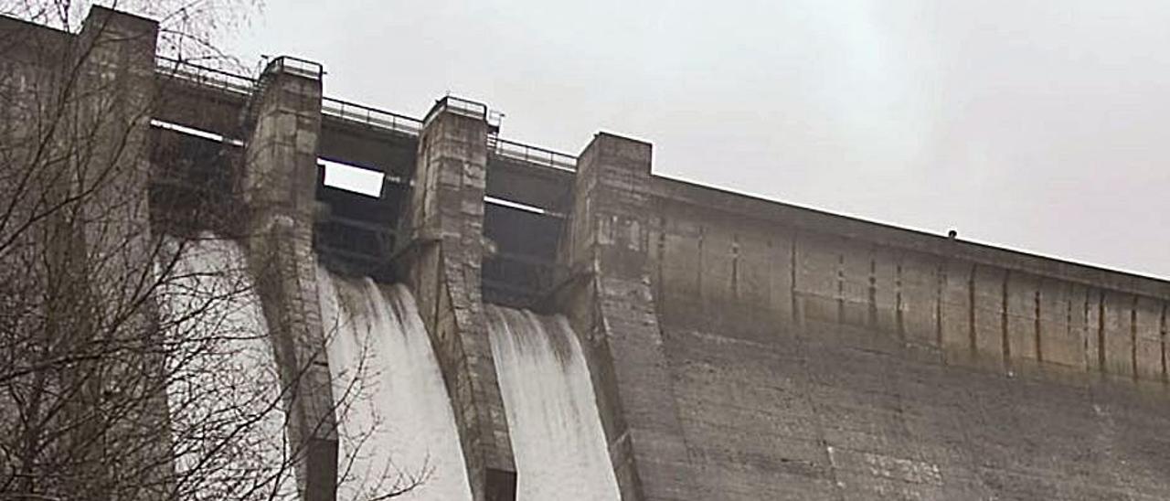 La presa de Tanes, soltando agua: entre este embalse y el de Rioseco hay una central hidráulica.   Fernando Rodríguez