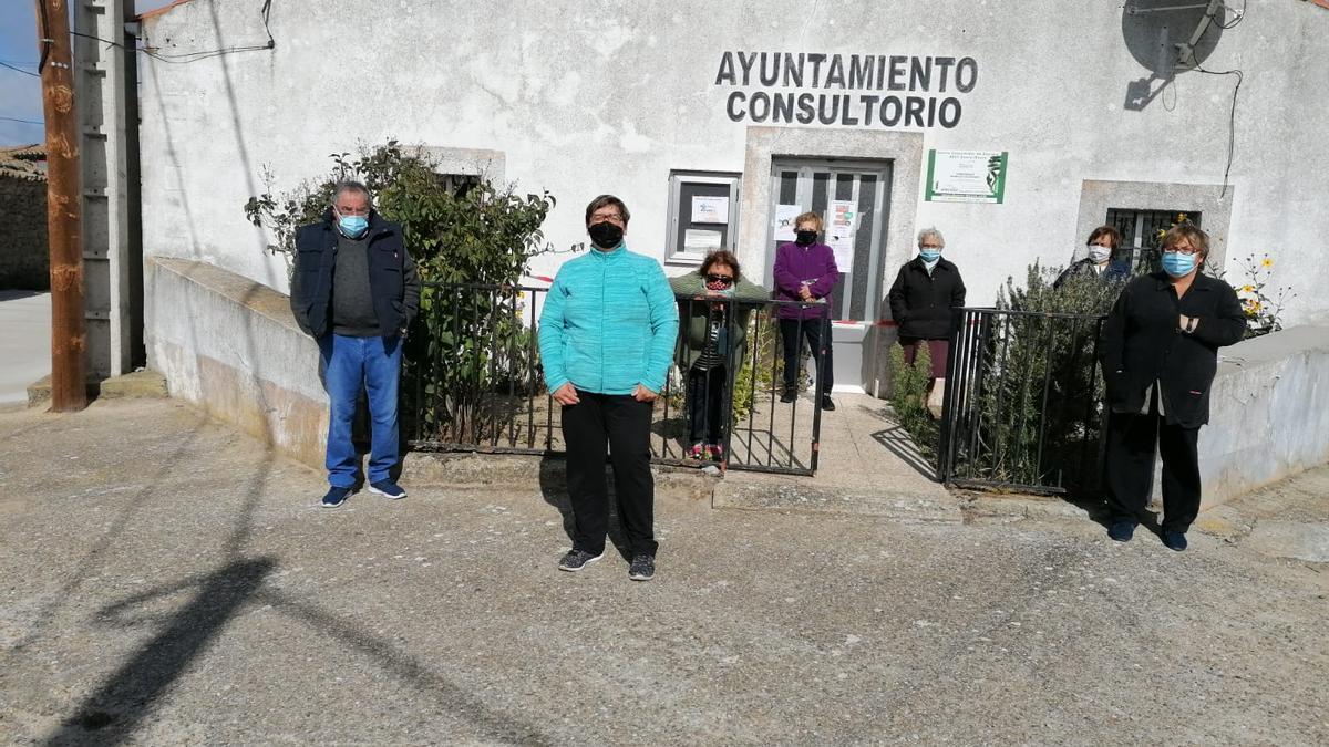 Vecinos de Torrefrades durante última reivindicación para exigir la apertura del consultorio