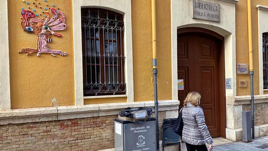 Las nuevas restricciones imponen el cierre de la biblioteca municipal de Algemesí. | LEVANTE-EMV Una media de más de veinte contagios diarios en las últimas jornadas que han elevado la incidencia acumulada por encima de 500 casos por cada 100.000 habitantes ha disparado las alarmas en Algemesí. El ayuntamiento no sólo ha suspendido todos los…
