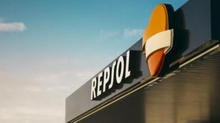 Repsol pierde 3.816 millones tras rebajar el valor de activos por emisiones