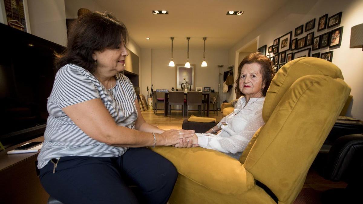 Una hija con su madre, enferma de alzheimer.