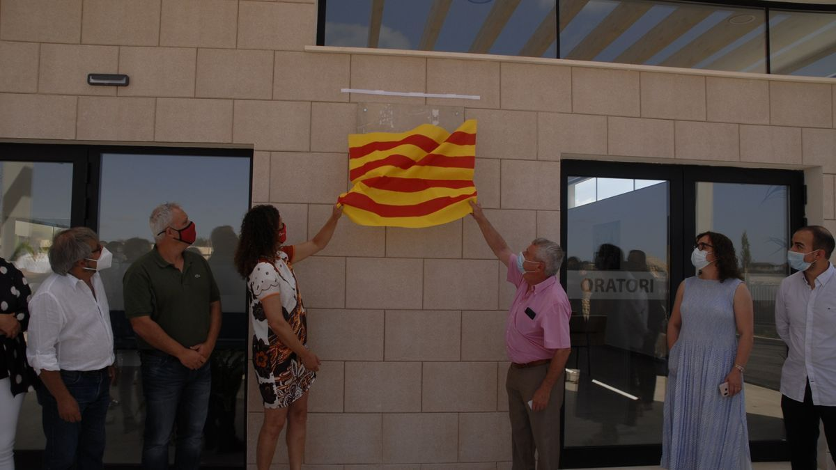 Cladera e Isern destapan la placa inaugural, hoy en Consell.