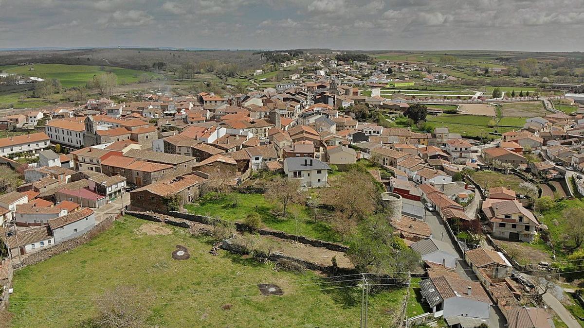 Vista aérea de Alcañices, con el recinto amurallado en primer plano que está declarado BIC. | Ch. S.