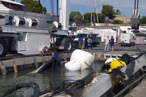 Reflotan el catamarán incendiado en el puerto de Palma