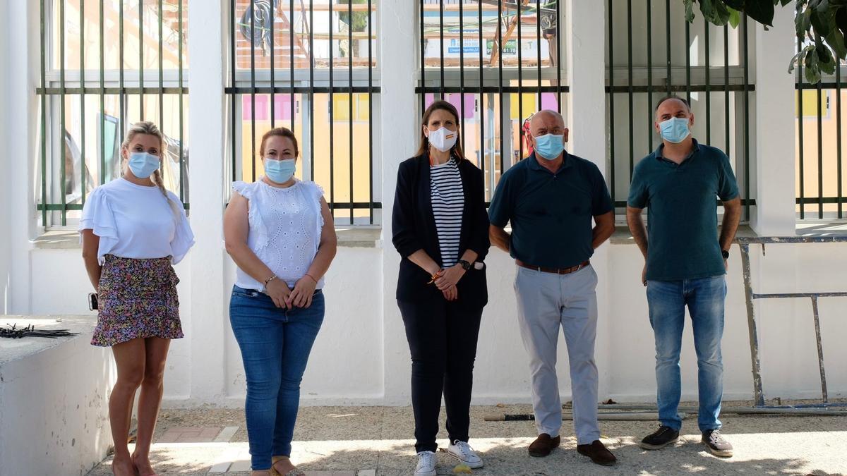 Mercedes García paine, delegada de Educación y Deporte de la Junta en Málaga, en su visita al CEIP Cándido Lara de Cómpeta