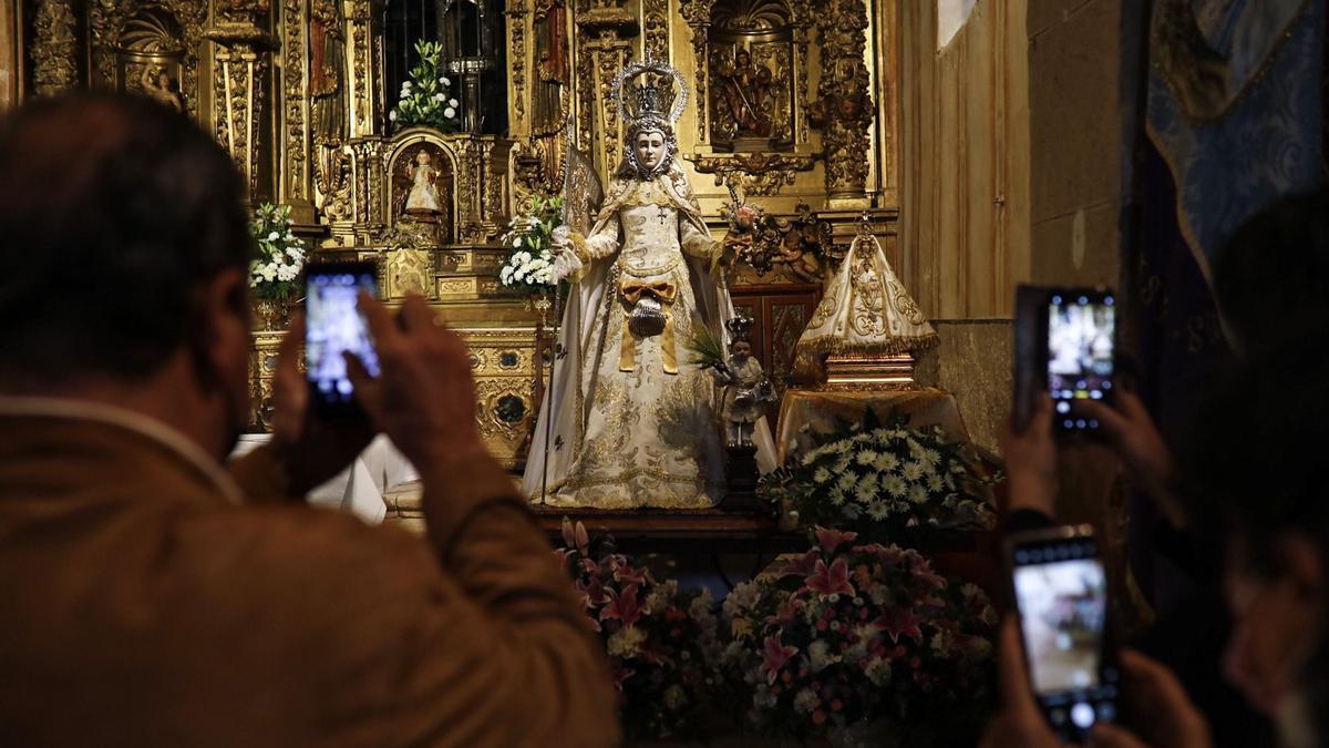 La Virgen de La Hiniesta y La Concha, juntas en la iglesia de Santa María La Real del municipio anejo.