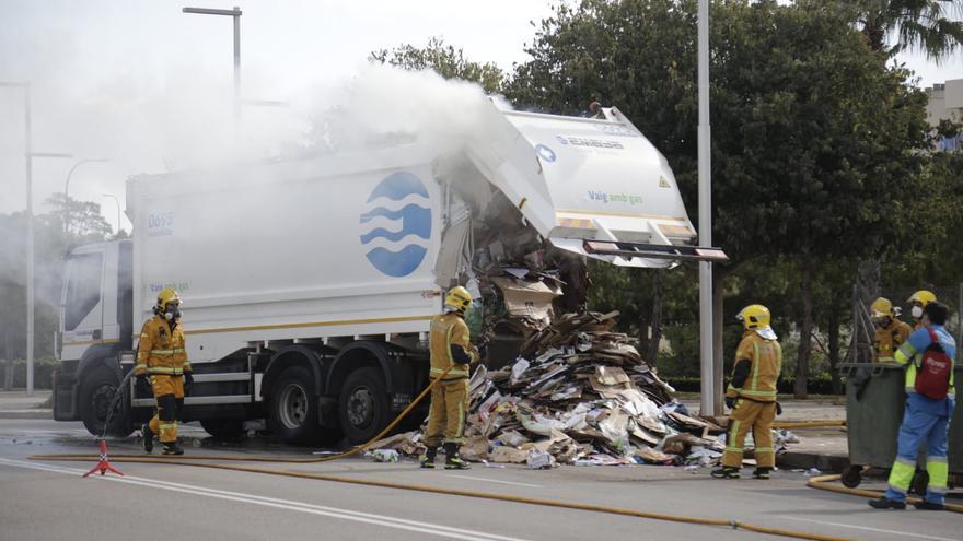 Incendio en un camión de Emaya cargado de cartón