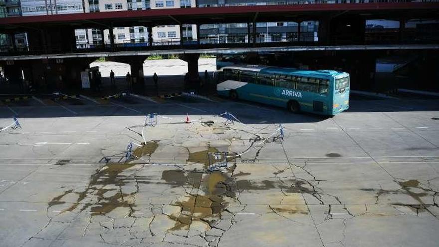 El Concello cierra parte de la plataforma de la estación de autobús por su mal estado