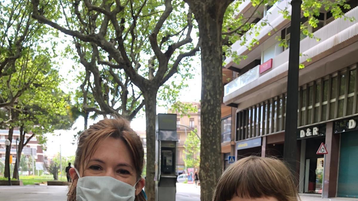 Natàlia Brichs amb la seva filla Ènia, ahir al passeig de Manresa |