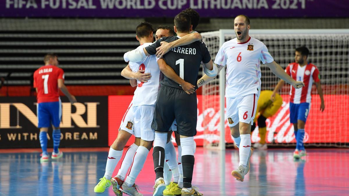 El cordobés Solano (d), autor del primer gol de España, celebra un tanto con sus compañeros.