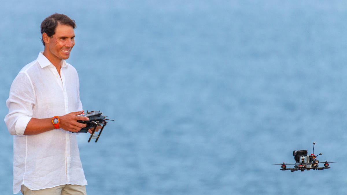 Rafa Nadal en la campaña promocional simulando el pilotaje de un dron.