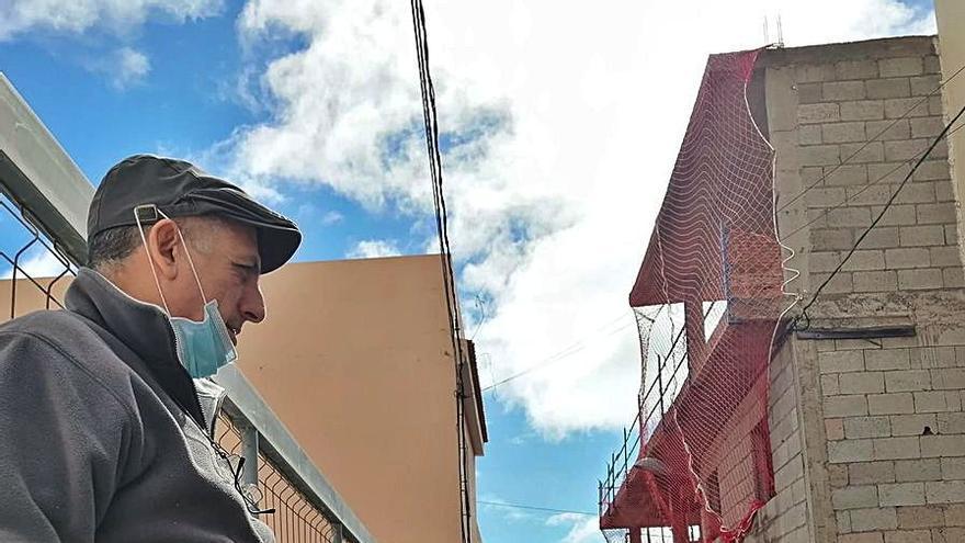 El Distrito asfalta la mitad de una calle de Los Campitos tras 10 años de espera