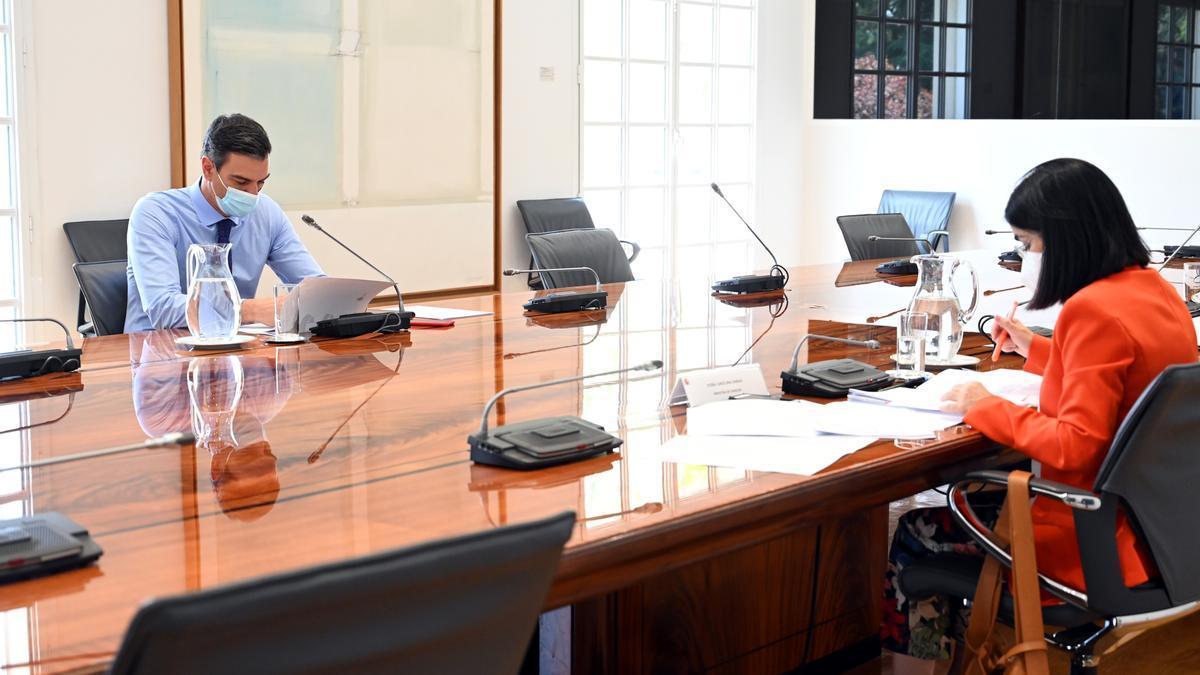 Pedro Sánchez i Carolina Darias en el comitè de seguiment de la covid-19 per analitzar l'evolució de la pandèmia i el ritme de vacunació, el 2 d'agost del 2021 (Horitzontal).