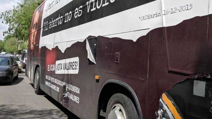 Membres de la CUP i CDR intenten detenir el bus d'Hazte Oír a Barcelona