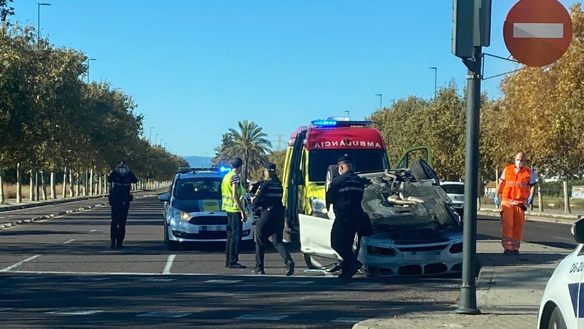Un coche de alta gama vuelca en la ronda norte de València tras un accidente de tráfico.