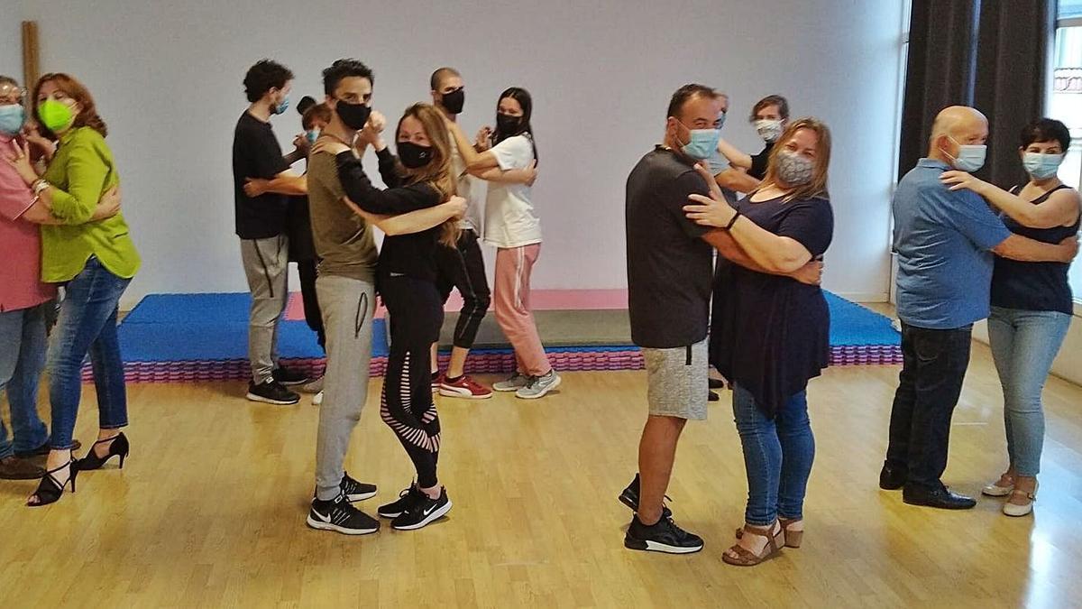 Alumnos bailan en pareja en la escuela Activa-T, en Cambre.   | // L.O.