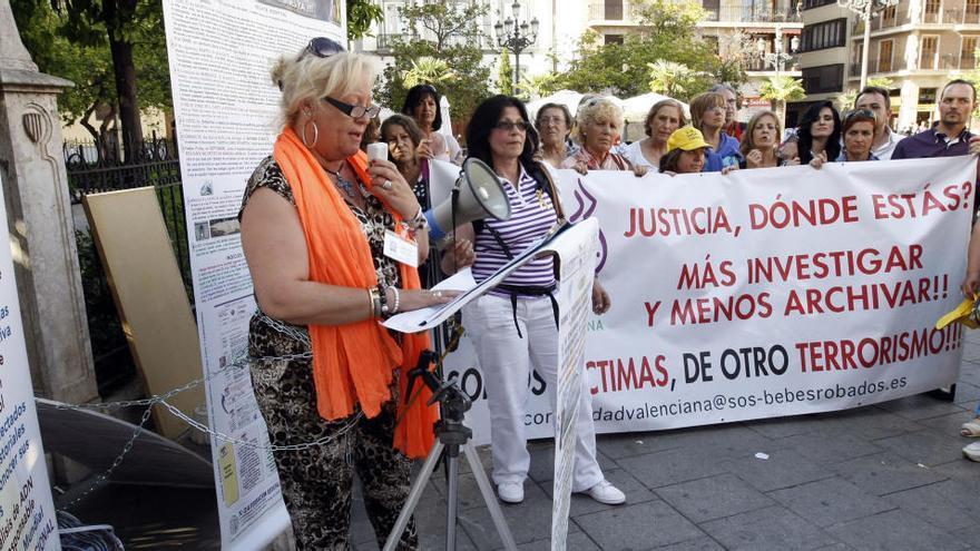 Una concentración para pedir investigación sobre casos de bebés robados en Valencia