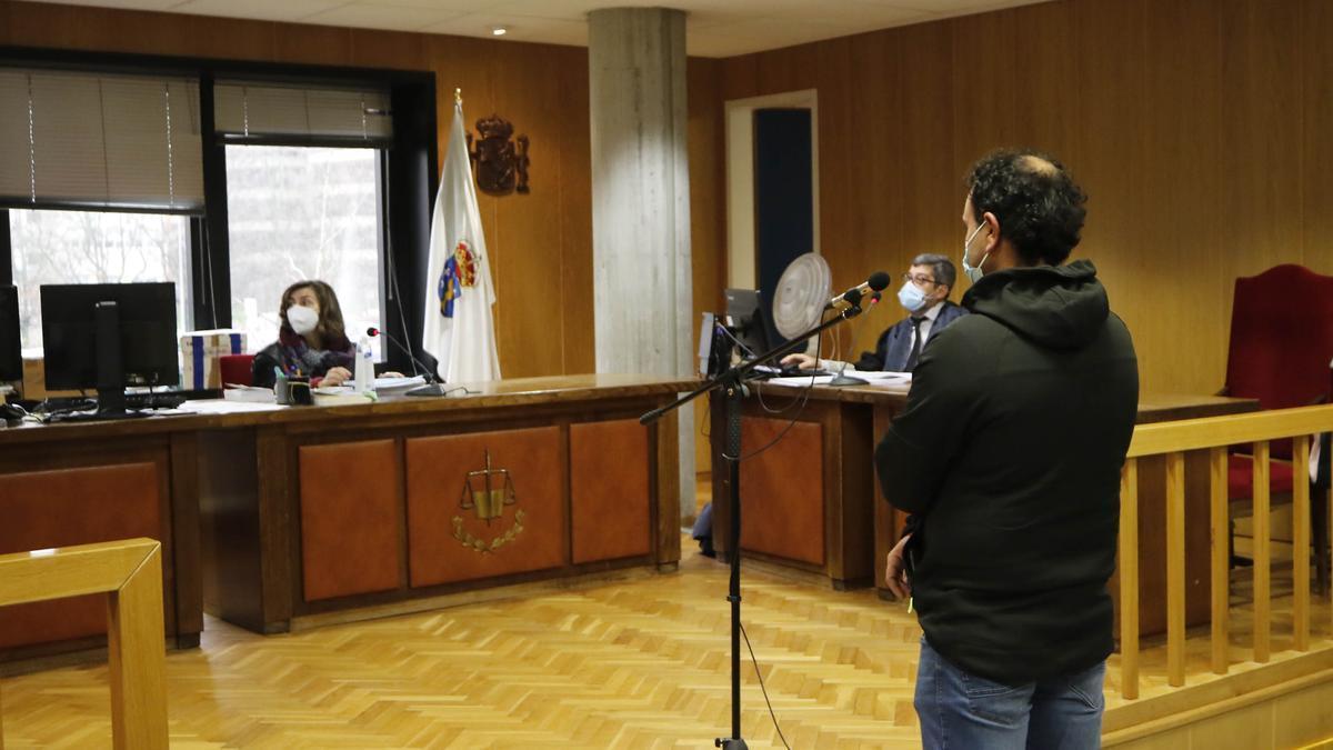 El conductor acusado, de espaldas, en el juicio celebrado en Vigo. / Alba Villar