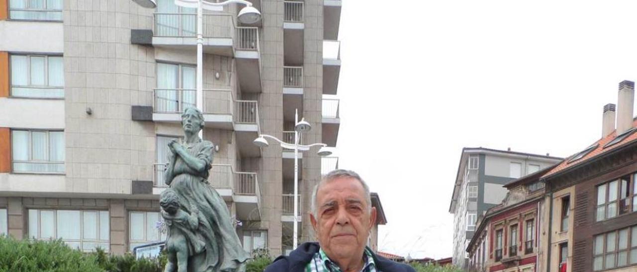 """Luis Alberto Prieto, junto a la escultura """"Marinera"""", en el muelle local."""