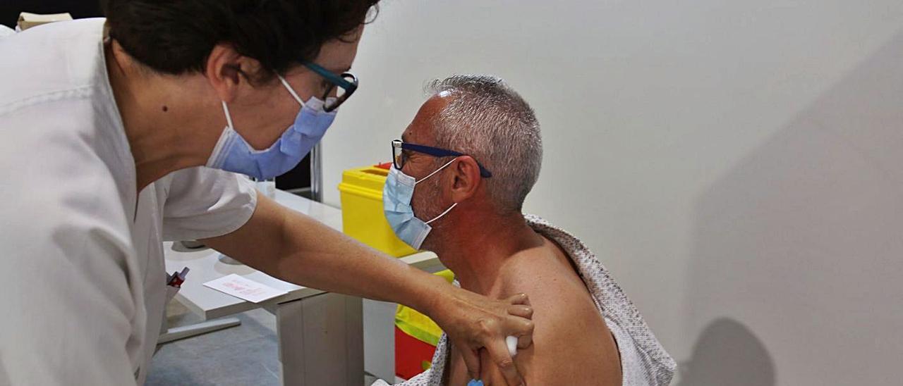 Un vecino de l'Alcúdia recibe la vacuna contra la Covid, en una imagen reciente. | LEVANTE-EMV