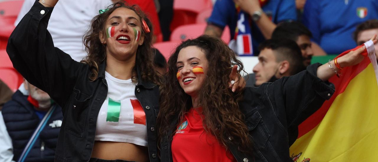 Dos aficionados de Italia y de España, en la Eurocopa