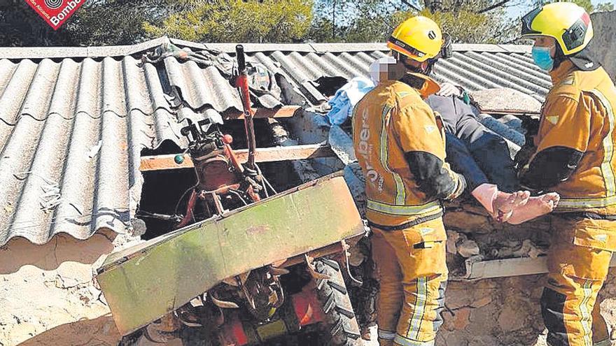 Dos labradores, heridos al estrellarse su tractor contra una casa en Parcent