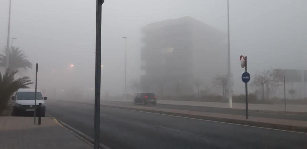 Elche también ha amanecido con una densa niebla