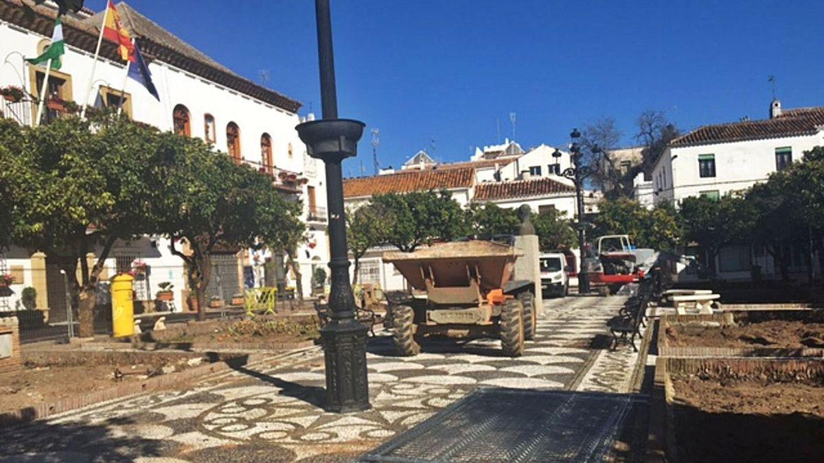 Denuncian daños y falta de información sobre la reforma de la plaza de los Naranjos.