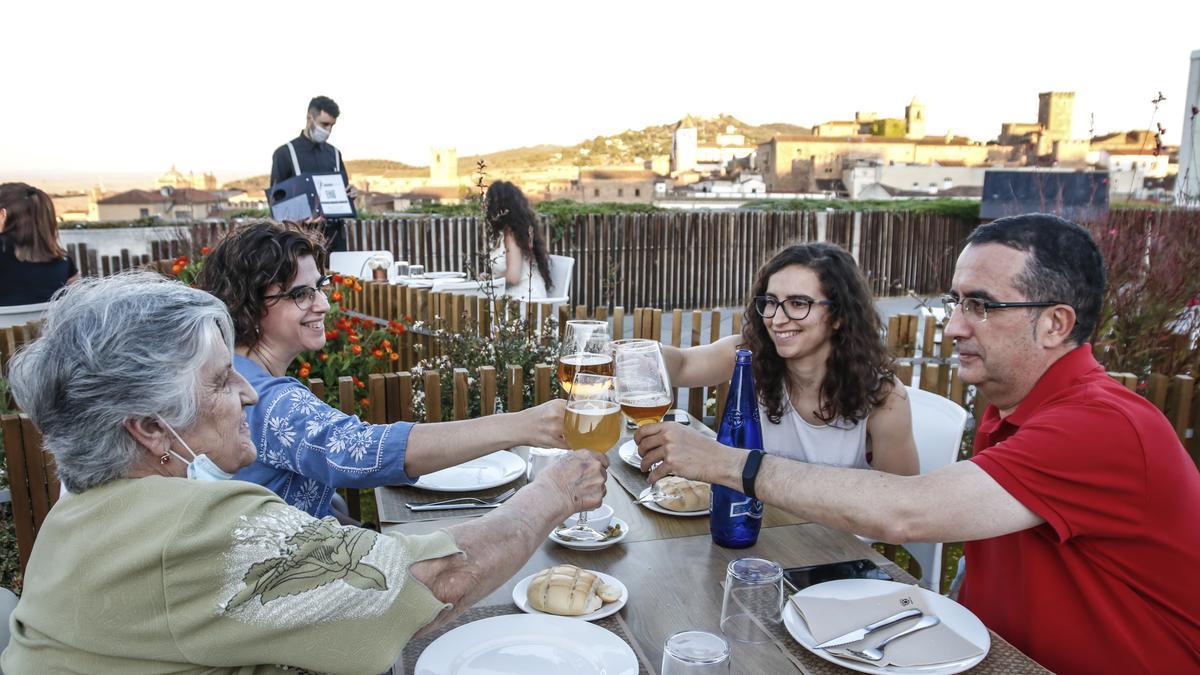 Un grupo de comensales brinda en la terraza de El Mirador de Galarza.
