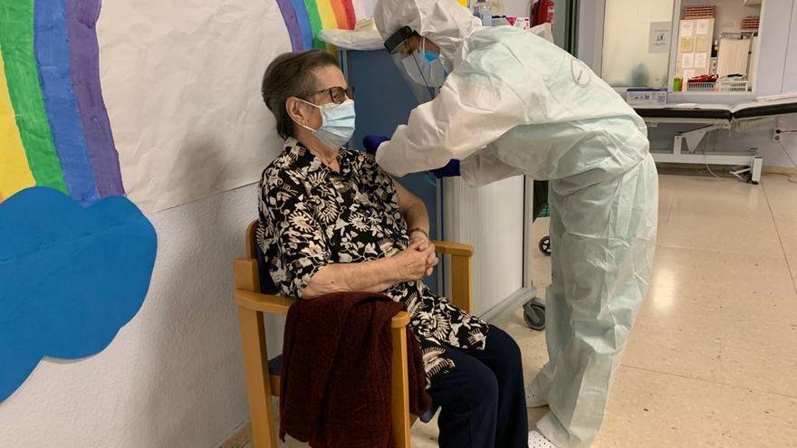 Inyectan la tercera vacuna a los mayores de la residencia de Santa Llúcia de Dénia