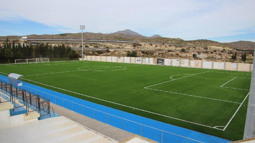 El Campello prepara el servicio de mantenimiento del césped del campo de fútbol de El Vincle