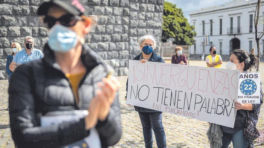 El comité de huelga de los interinos organiza una cadena humana  en Las Canteras