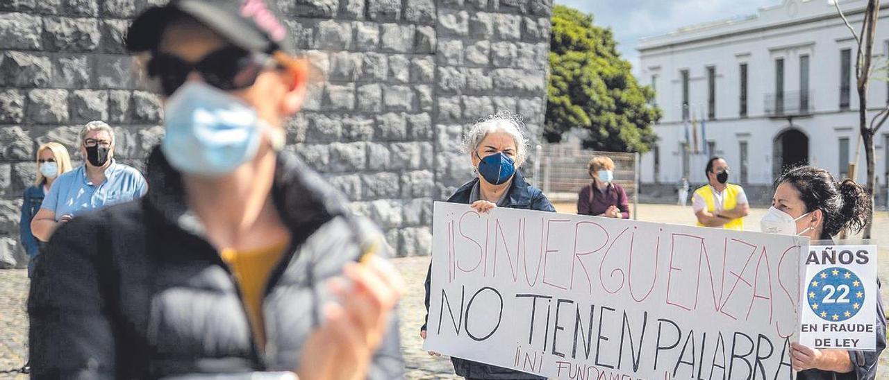 Instante de una concentración de interinos de la Administración autonómica a las puertas de la sede de la Presidencia del Gobierno de Canarias.