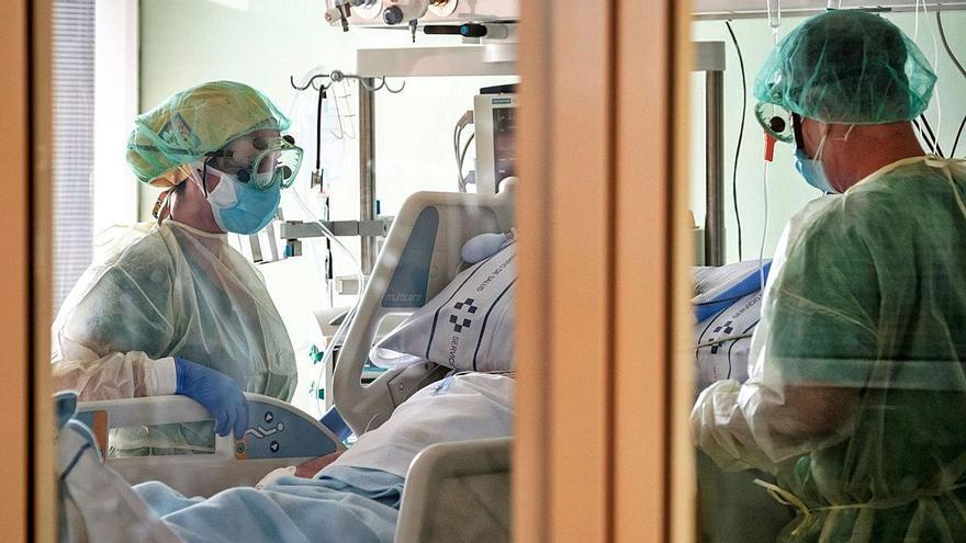 La presión en la UMI del Insular obliga a derivar pacientes a centros concertados