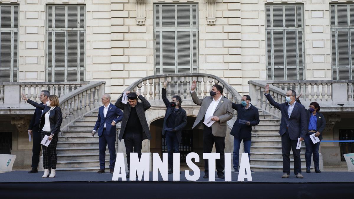 Los políticos catalanes durante un acto de protesta