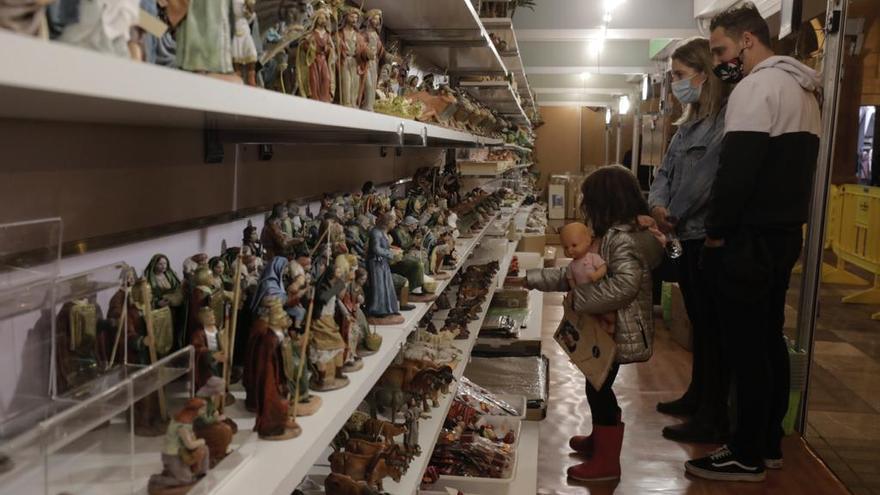 Descontento entre los artesanos en el primer día del mercadillo de Navidad en la plaza Major