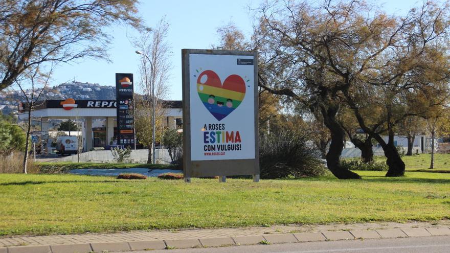 L'Ajuntament de Roses col·loca un rètol en suport als drets del col·lectiu LGTBI