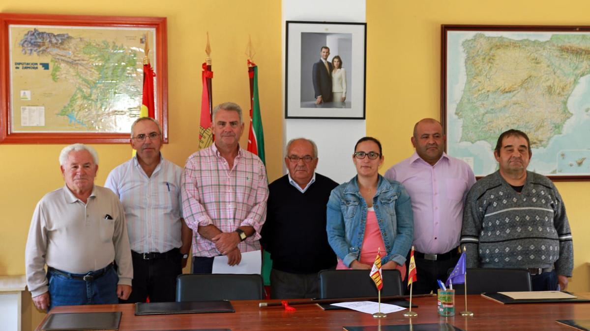 Laureano Ferrero, primero por la derecha, con el equipo de gobierno de Figueruela de Arriba