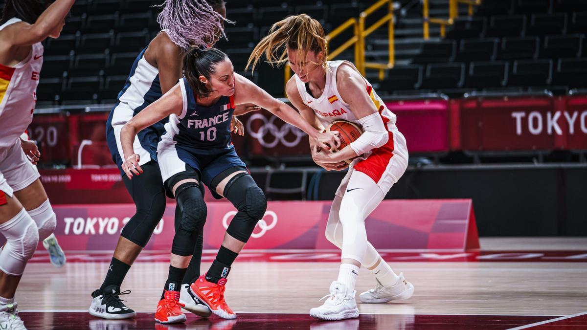 Laura Gil lucha por un rebote en el partido ante Francia