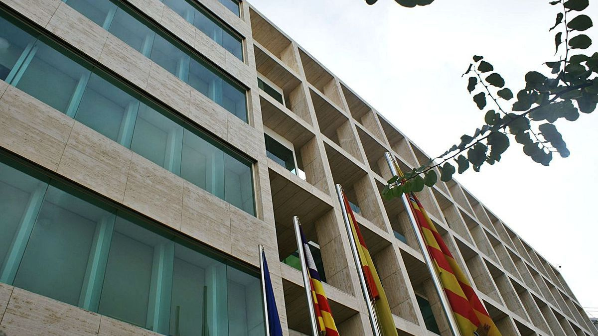 La campaña 'Som Comerç' está organizada por el Consell de Eivissa, en la imagen. | CÉSAR NAVARRO