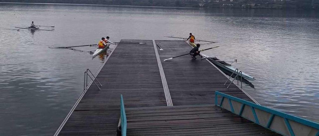 Un grupo de remeros en los entrenamientos de ayer en el parque náutico de Castro de Miño. // FdV