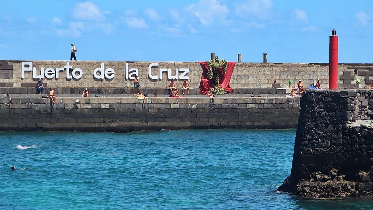 La Cruz colocada en el muelle de Puerto de la Cruz.