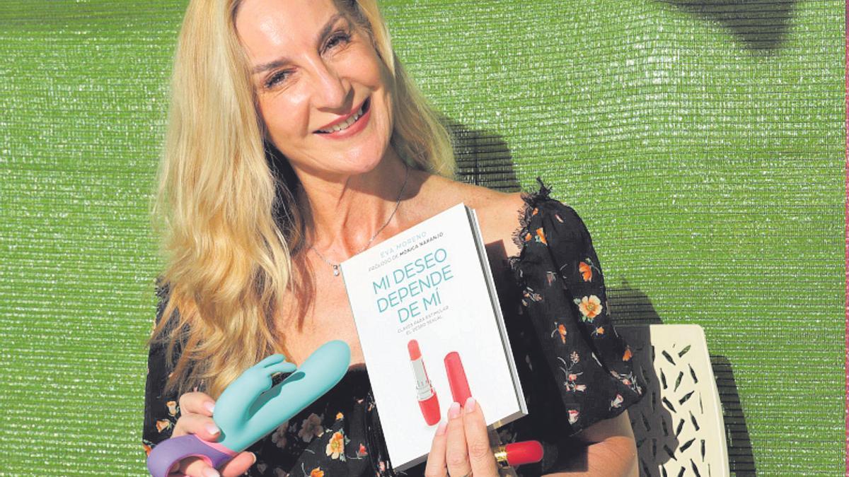 La sexóloga Eva Moreno posa para LA OPINIÓN con su libro Mi deseo depende de mí en Murcia, ayer.