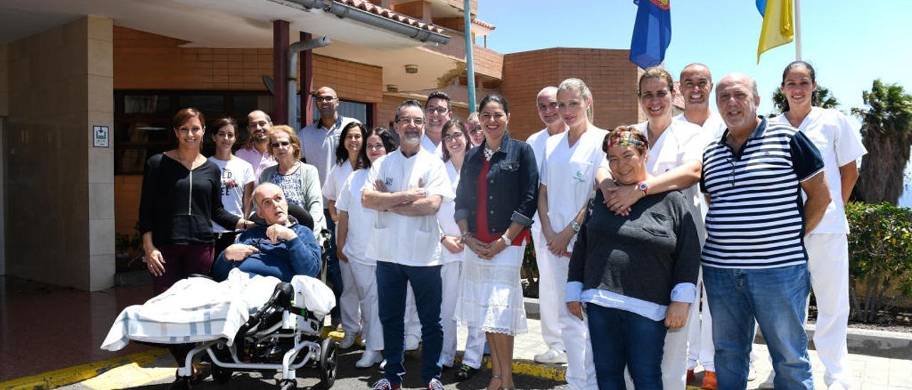 Personal del centro, usuarios y familiares junto a Benítez y Lezcano -en el centro- a las puertas del complejo.