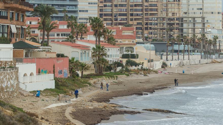 Los temporales se tragan 500 metros de la playa de San Juan en la zona del Cabo
