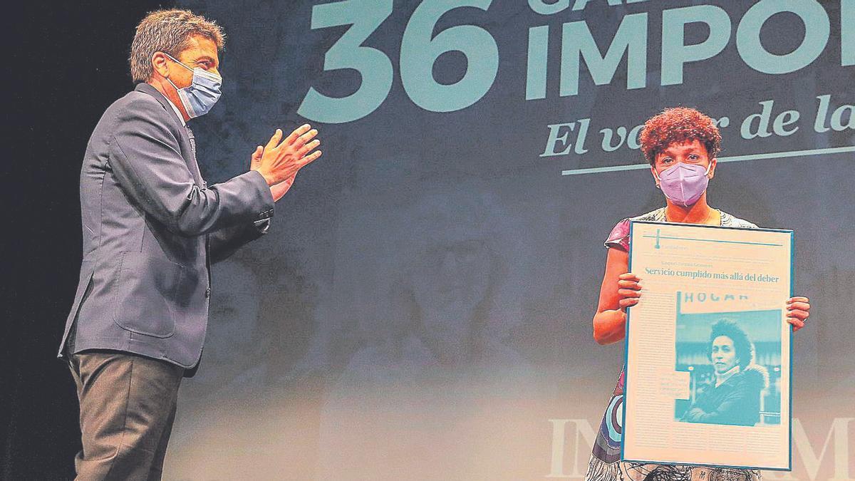 El presidente de la Diputación, Carlos Mazón, en el escenario con Raquel Ozuna, «Importante» por los cuidadores de la pandemia.