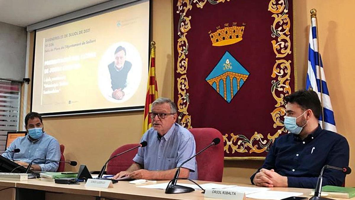 Jordi Ludevid, entre el diputat David Saldoni i l'alcalde Oriol Ribalta   GEMMA PALÀ/AJ. SALLENT