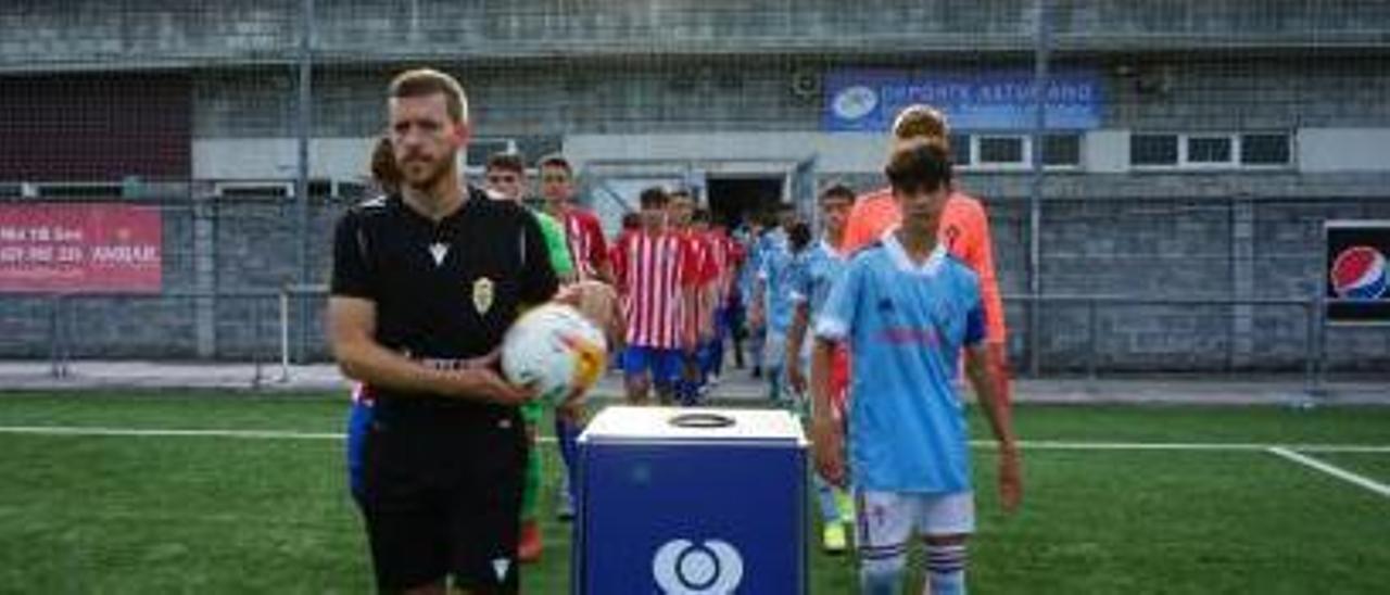 1. Atlético y Celta sub-16 saltan al campo. 2. El consejal Gerardo Antuña entrega la copa Plata al Oviedo sub-16. 3. El Oviedo sub-16,tras ganar. 4. Una acción del Oviedo-Sporting sub-16. | Oviedo Cup